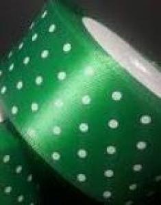 Pöttyös szatén szalag sötétzöld színű 1,5cm x 23m